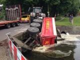 [VIDEO] Aanhanger met zand stort in Wetering Diepenveen