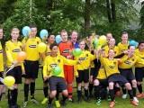 Het voltallige elftal viert de winst op IJWV