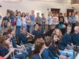 Orkest en schoolkinderen maken samen muziek